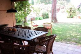 La salle à manger extérieure à l'ombre