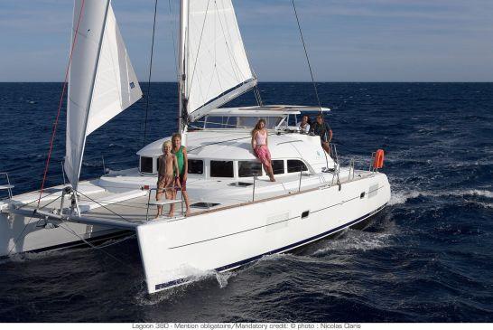 catamaran-Lagoon-380-sailing