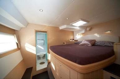 catamaran_charter_lagoon_500_room